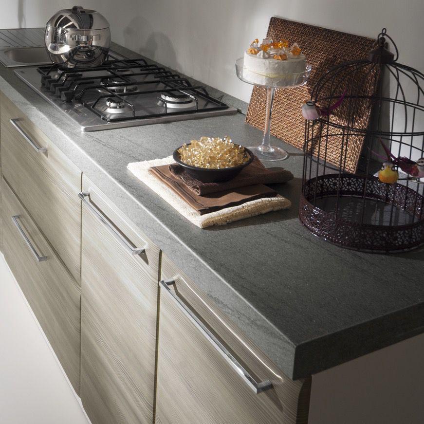 Cucina moderna Ambra basi in grigio finitura gessata e maniglione squadrato