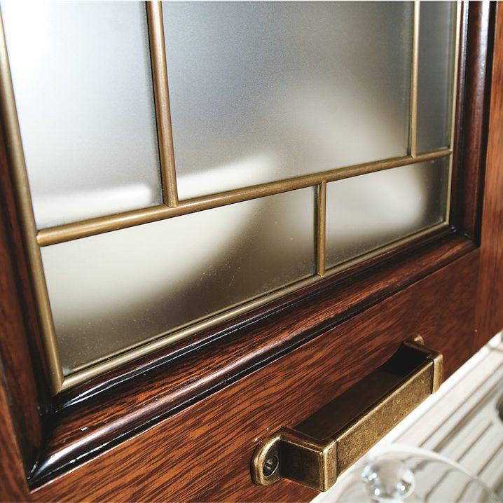 Cucina Classica Ninfa particolare vetrina rilegata in ottone brunito
