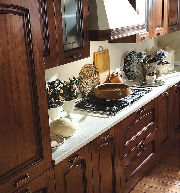 Cucina classica Ninfa con le vetrine rilegate in ottone ...