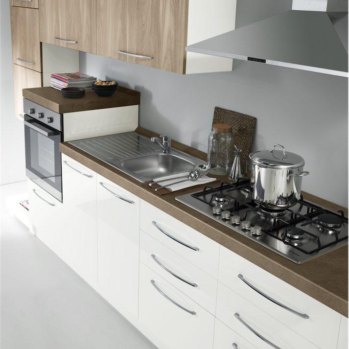 Cucina moderna Kira particolare composizione basi in bianco lucido e pensili in sabbia yosemite