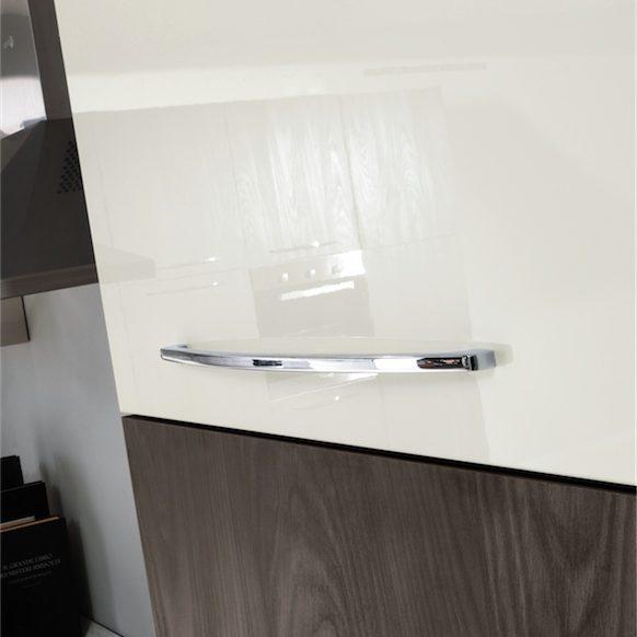 Cucina moderna Kira particolare modulo con larghezza 60 cm nel colore bianco lucido con maniglia Venere