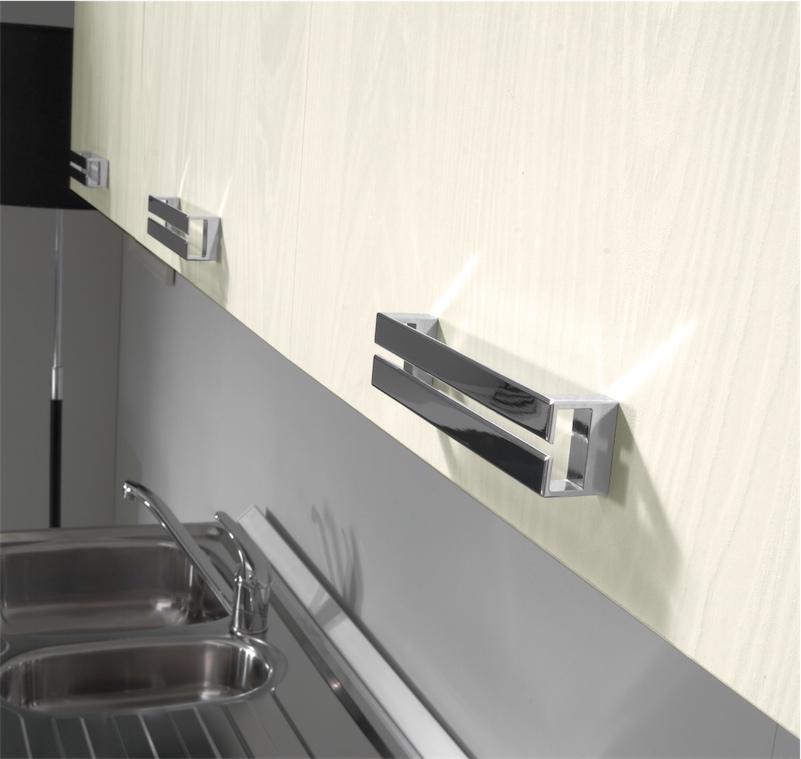 Cucina moderna Kira con sospesi in fila e accostati alle basi ...