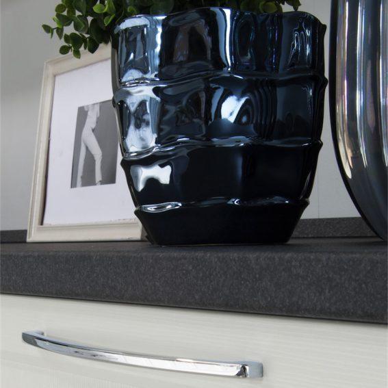 Cucina moderna Patty particolare base con top nero antracite, spessore 4 cm